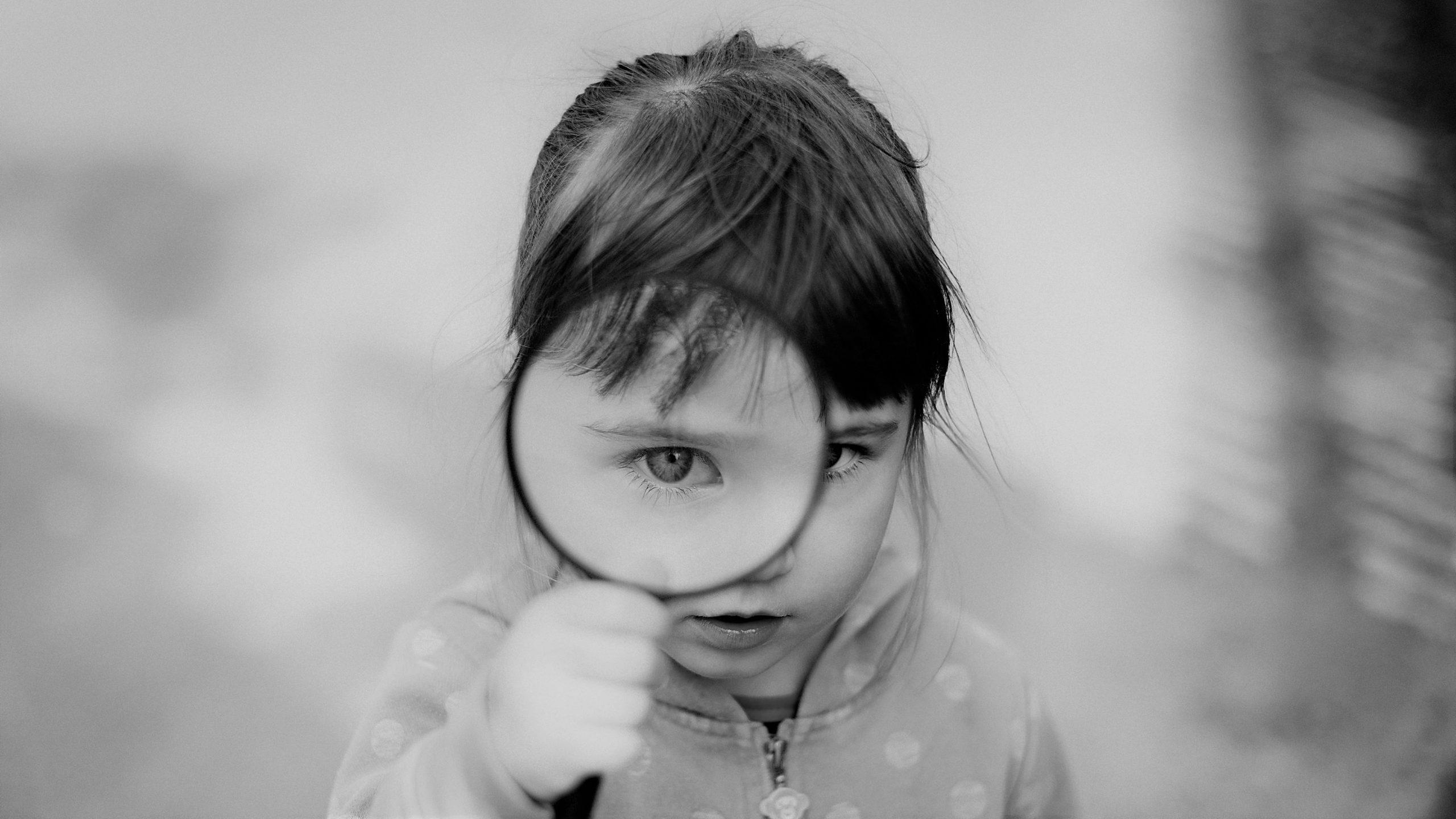 Hoogbegaafd kind exploreert en onderzoekt de wereld om haar heen