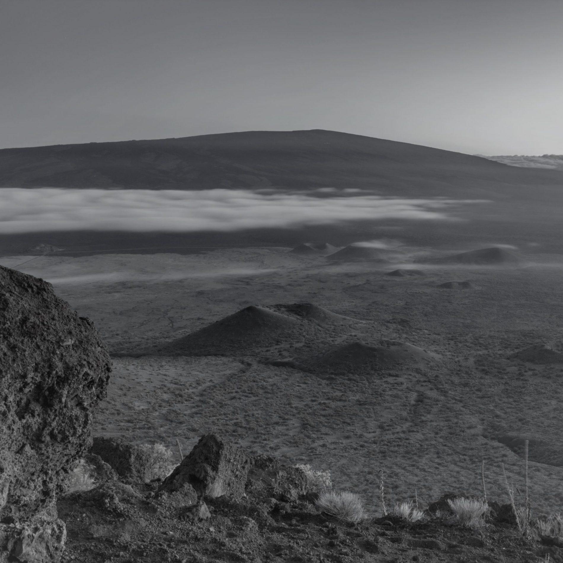 Blick vom Mauna Kea zum Mauna Loa nach Sonnenuntergang auf Big Island, Hawaii, USA.
